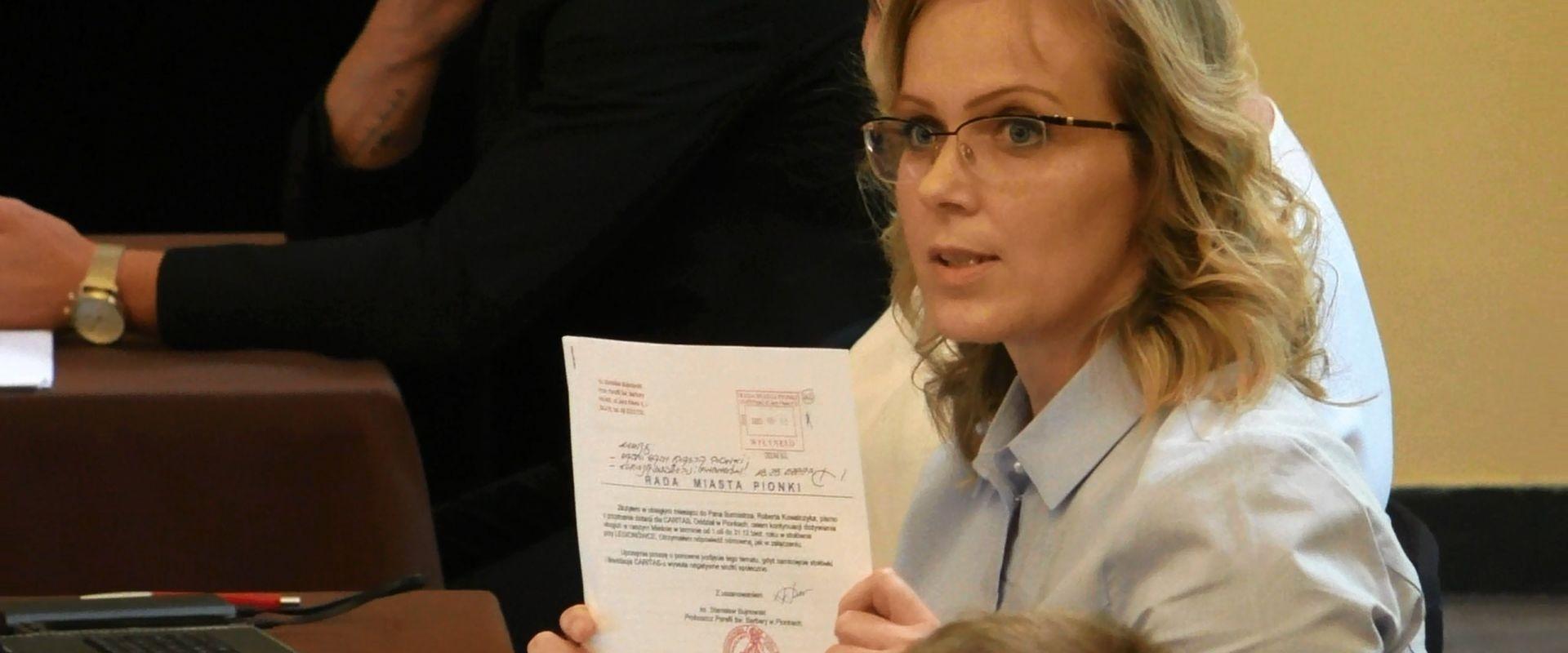 Radna Grzywacz pyta jak burmistrz rozwiązał sprawę księdza