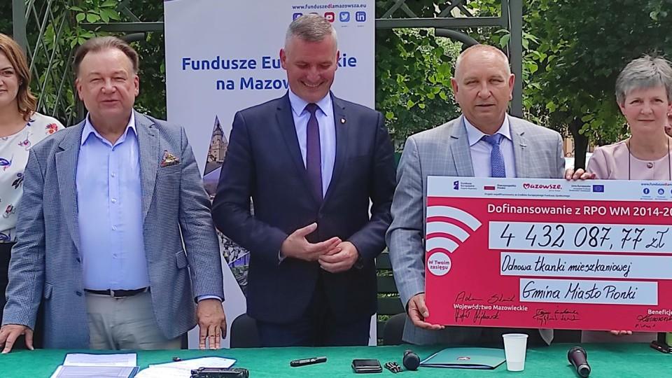 Marszałkowie Struzik i Rajkowski podpisali umowę na remont hoteli