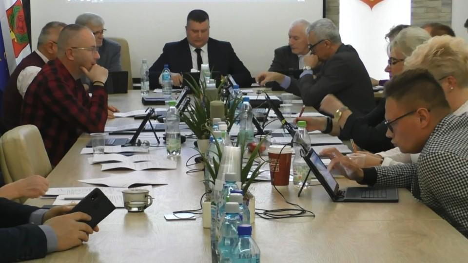 Łzy skarbnik miasta w trakcie dyskusji z radnymi. Przewodniczący Maślanek pomylił się w liczeniu głosów