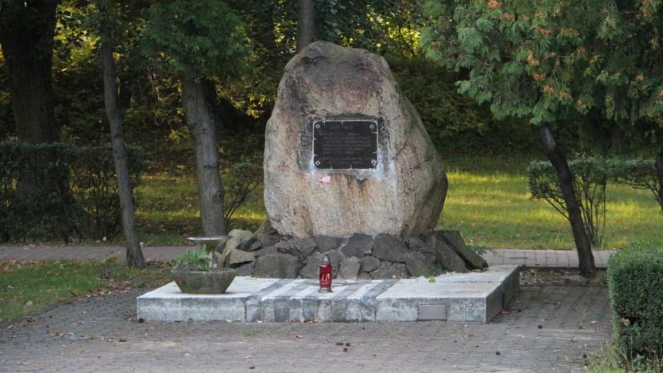 Radni przenoszą pomnik by zrobić miejsce na gloriettę