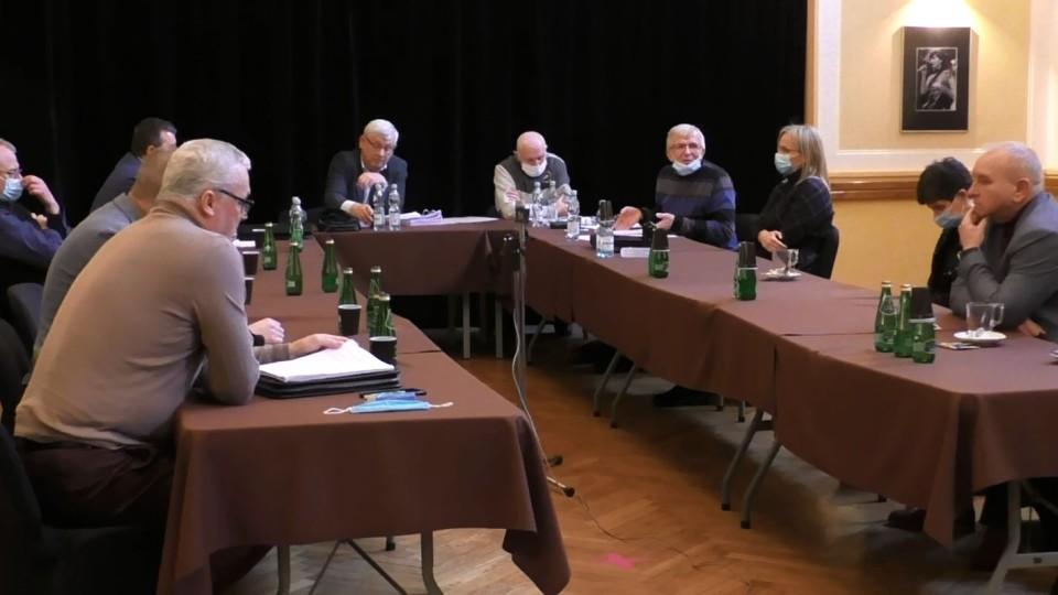 """""""IRCha"""" w akcji. Radny Łyżwa mówi o niedomówieniach z drugiej ręki, a radny Maślanek wspomina o oszczerstwach i kłamstwach"""